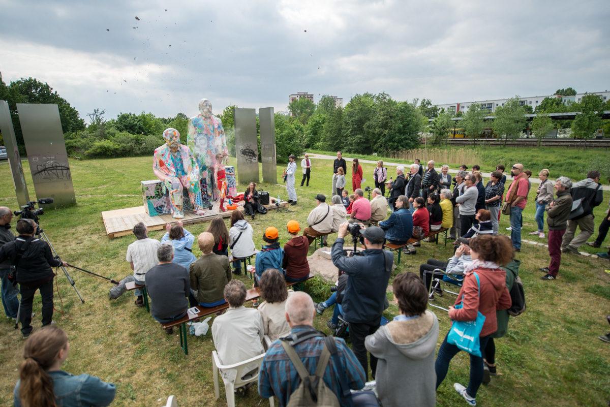 Enthüllung / Marx und Engels zu Besuch in Hellersdorf